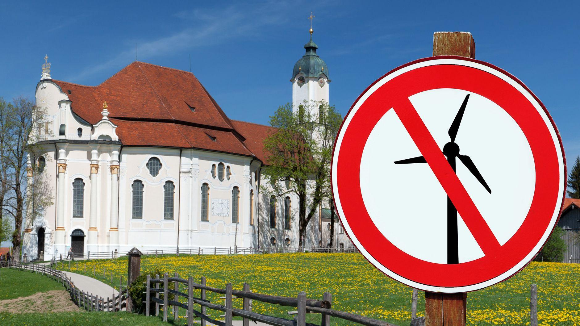 Die Wieskirche und ein Verbotsschild, auf dem ein Windrad abgebildet ist.