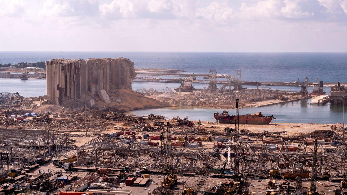 Ruinen Wracks und Baugerät: Der Hafen von Beirut nach der verheerenden Explosion
