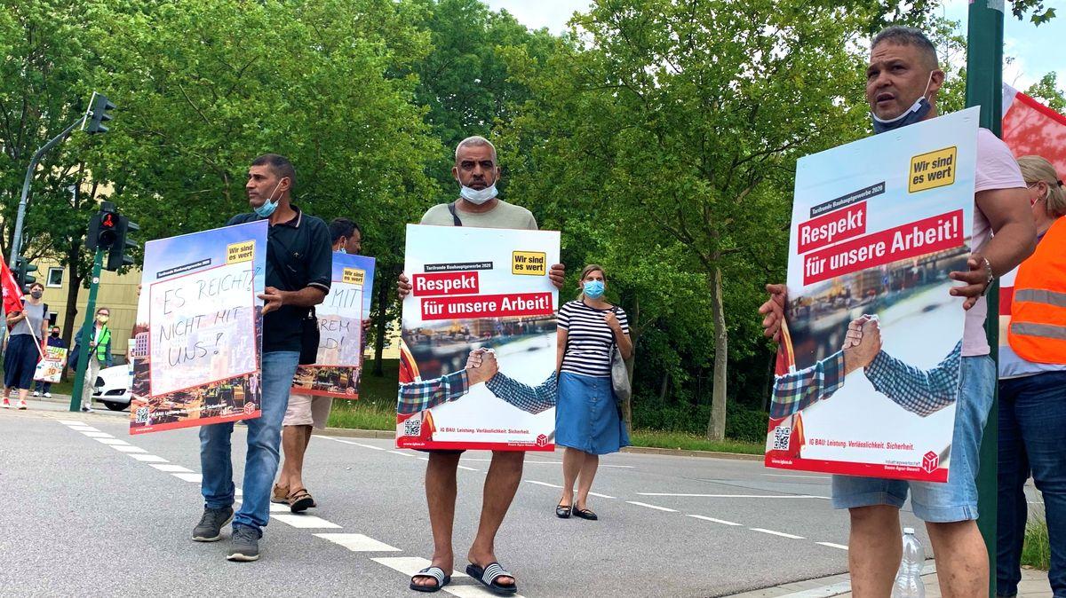Bauarbeiter streiken um ihre Löhne in Regensburg (Königswiesen)