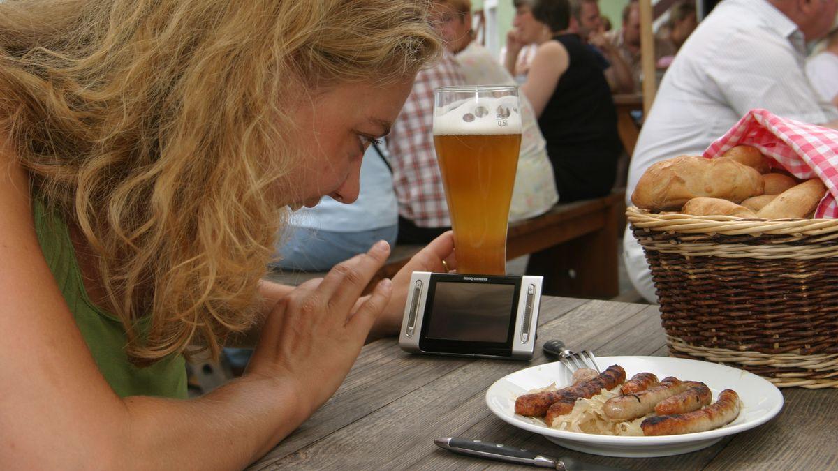 Junge Frau im Biergarten in Regensburg