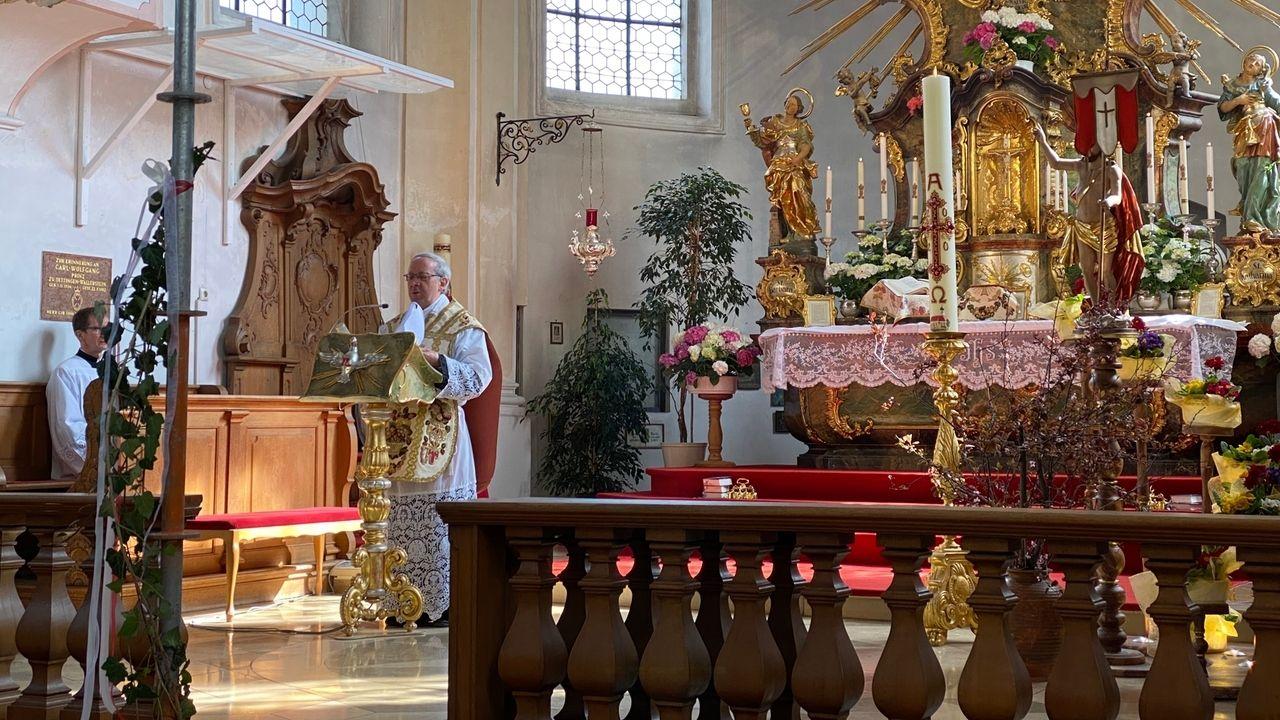 Monsignore Erwin Reichart feiert den Ostergottesdienst in der Wallfahrtskirche Maria Vesperbild ohne Besucher