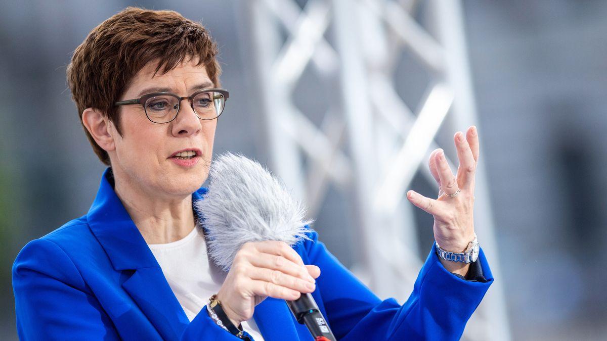 Annegret Kramp-Karrenbauer (CDU), Bundesministerin der Verteidigung und CDU-Bundesvorsitzende, beantwortet im ARD-Sommerinterview die Fragen von Moderatorin Hassel.
