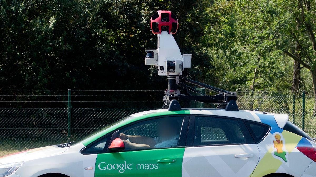 """Ein Fahrer sitzt in einem Auto des Dienstes """"Google Maps"""", das eine 360-Grad-Kamera auf dem Dach montiert hat."""