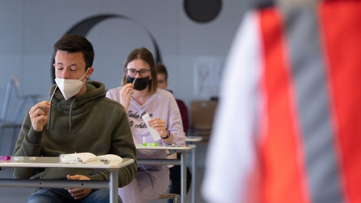 Schülerinnen und Schüler einer Abschlussklasse führen einen Corona-Schnelltest durch. (Symbolfoto)