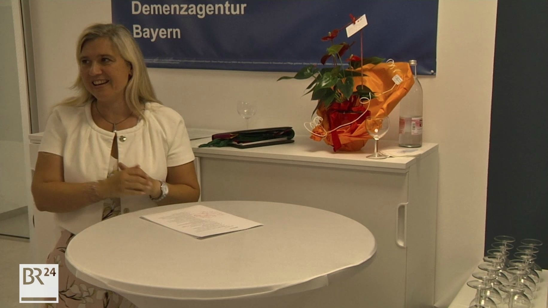 Gesundheitsministerin Melanie Huml spricht zu Gästen in der Demenzagentur Bayern in Nürnberg