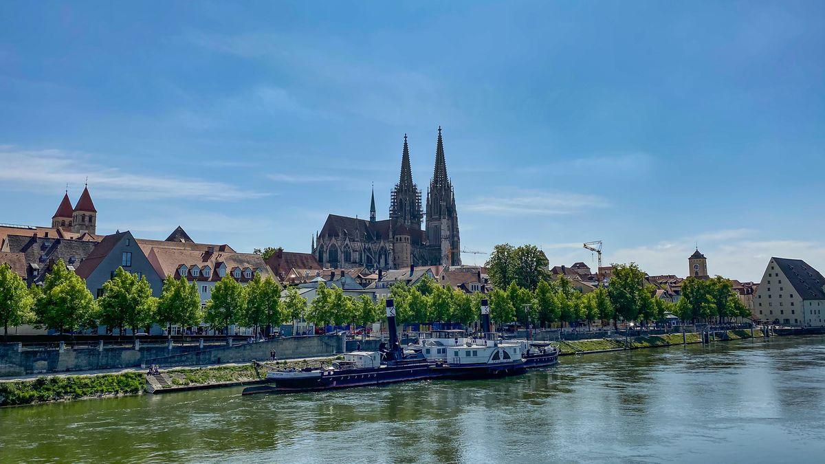 Blick über die Donau auf die Regensburger Innenstadt und den Dom.