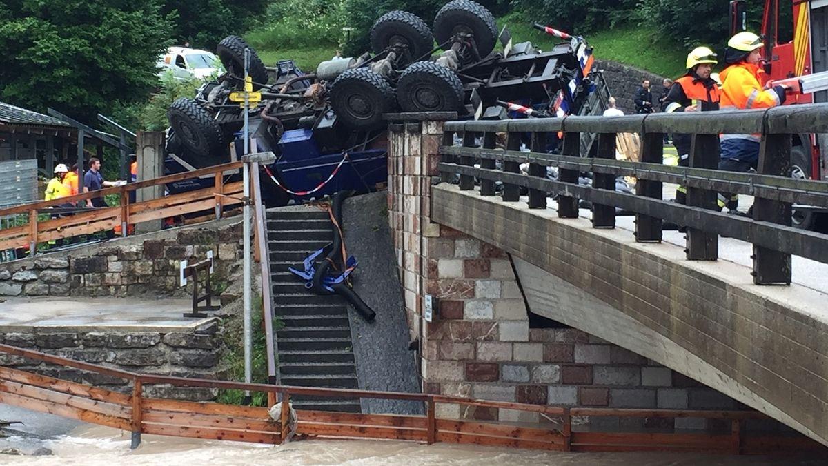 Ein umgestürztes Einsatzfahrzeug des THW in Berchtesgaden.