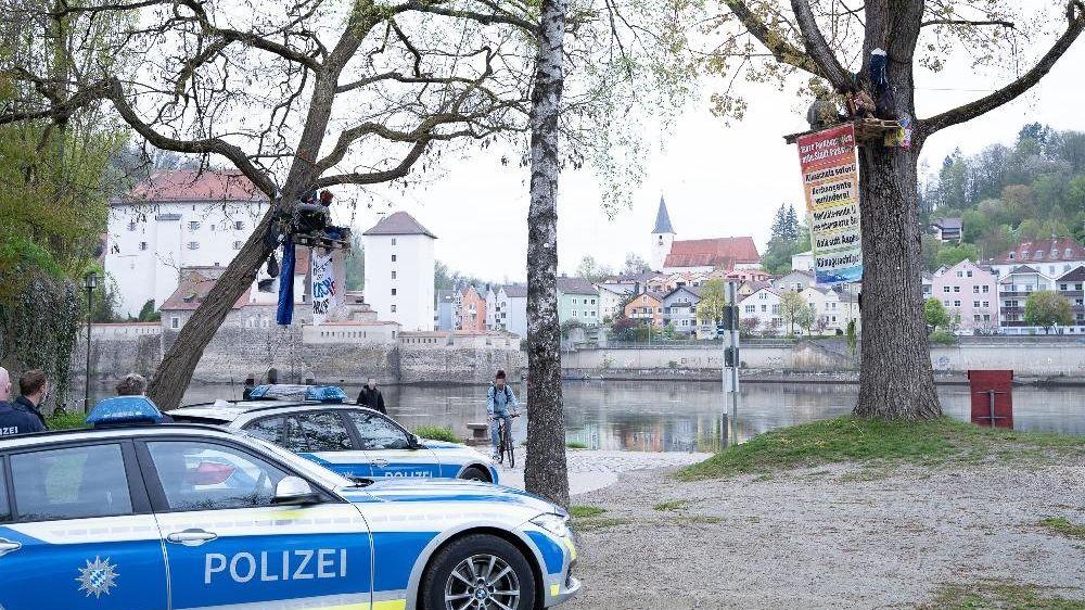 Die Polizei an der Passauer Ortsspitze, wo zwei Bäume von Aktivisten besetzt waren.