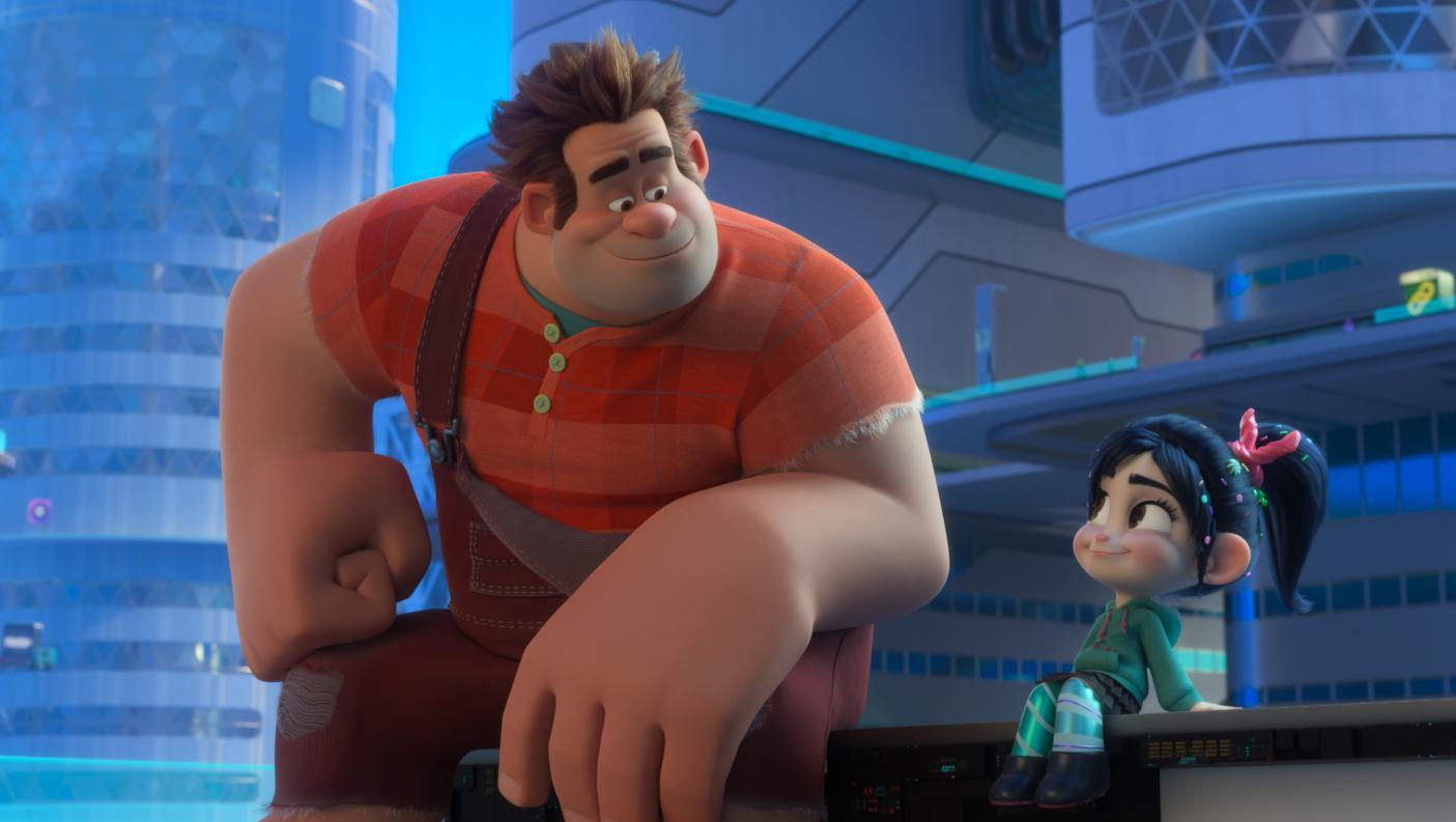 """Ralph plumpst mit seiner Kumpelfreundin Vanellope ins """"World Wide Web"""" (""""Ralph reichts 2: Chaos im Netz""""-Filmszene)."""