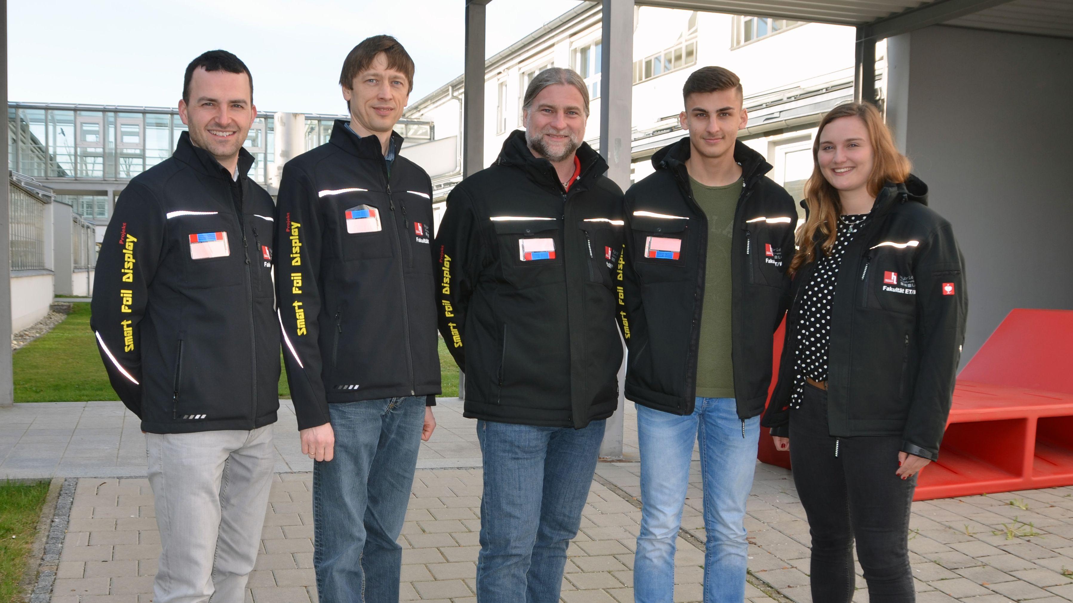 """Das Entwicklerteam der Hochschule Landshut mit den """"Blinker-Jacken"""""""