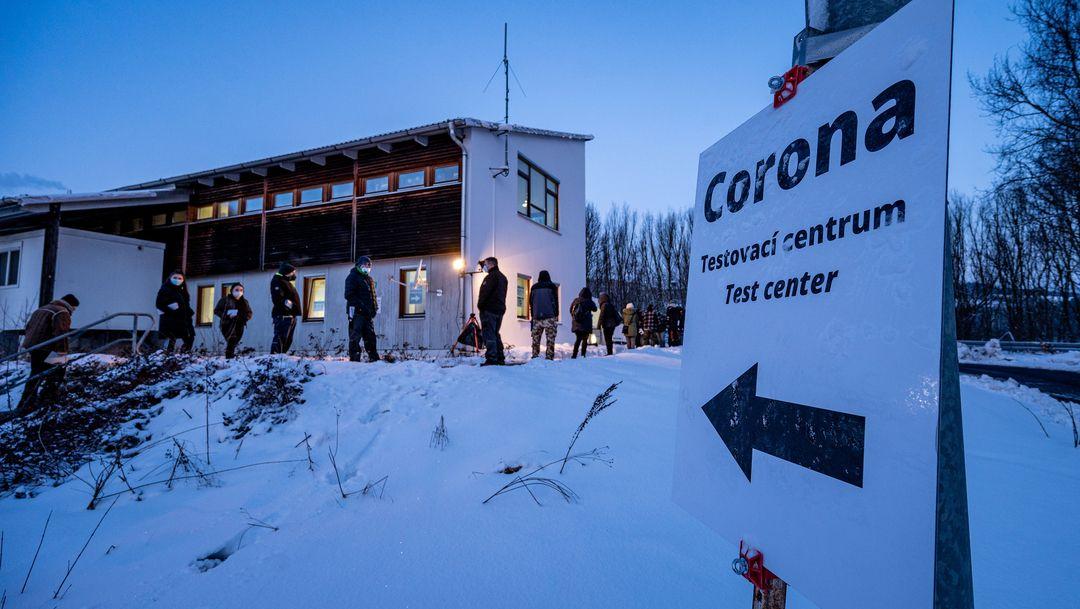 Wartende Menschen am Corona-Testzentrum an der Grenze in Furth im Wald