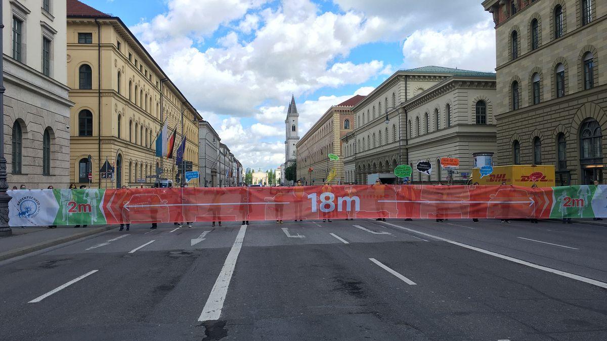 Eine Viertelstunde lang spannten die Demonstrierenden der Initiative Radentscheid das Banner quer über die Ludwigstraße.