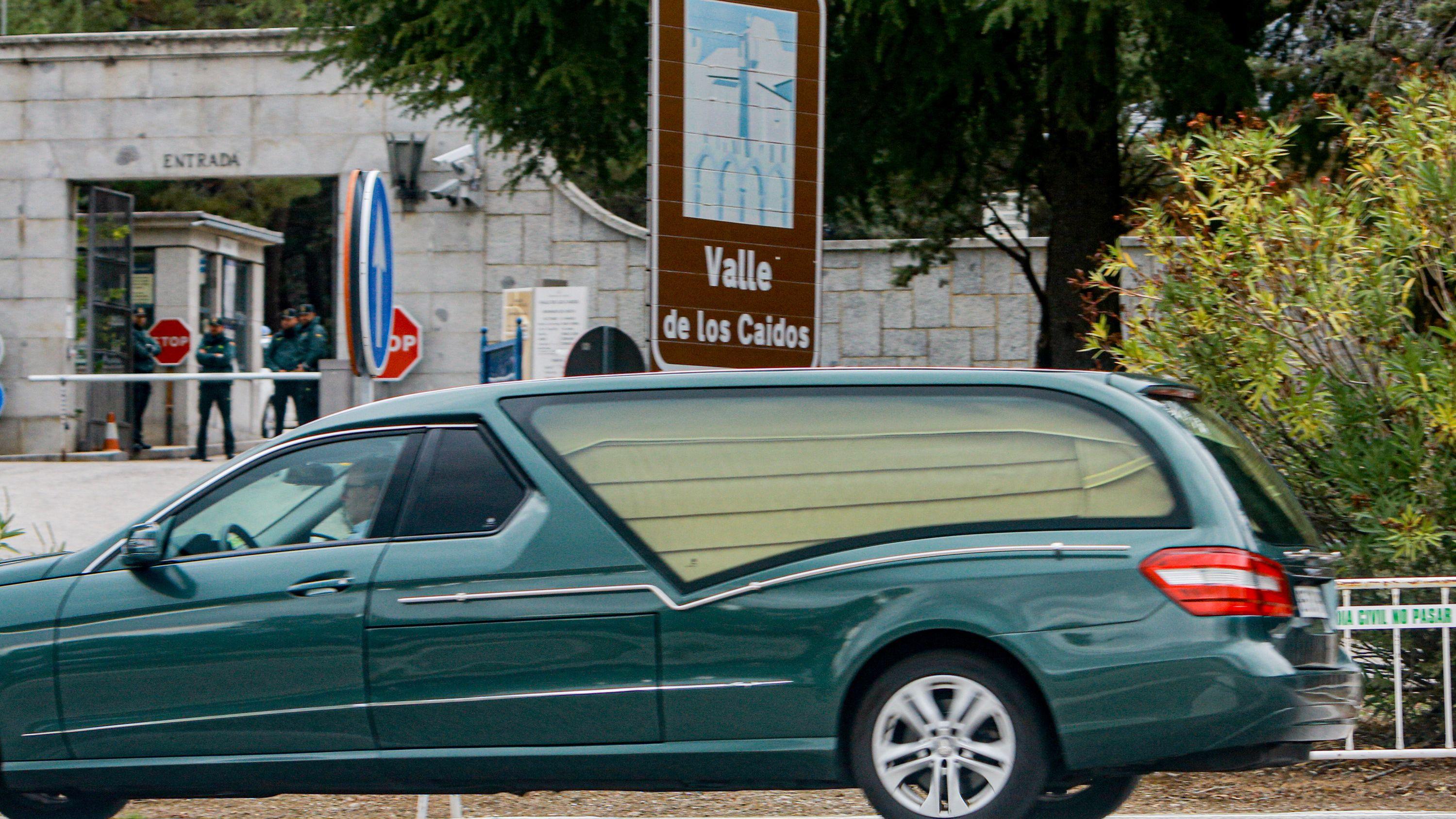 Ein Leichenwagen fährt zum «Tal der Gefallenen» bei einer Probe vor der Umbettung des Ex-Diktators Franco.