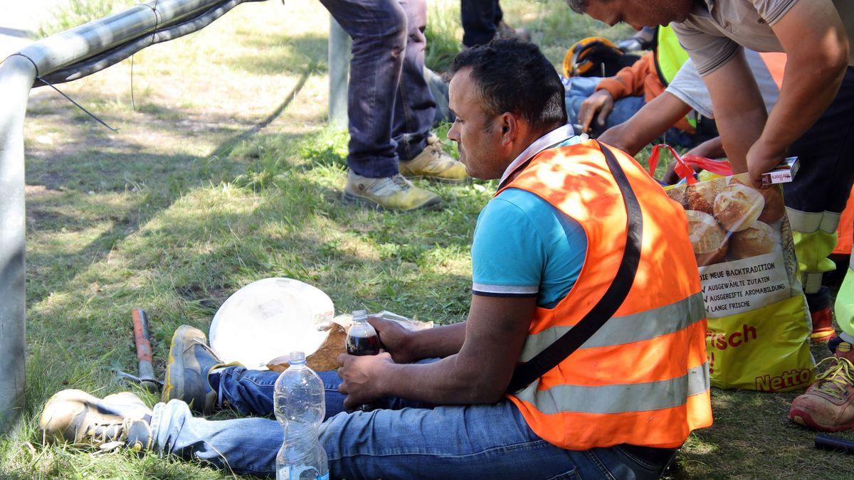 Erschöpft von der Streikaktion wegen nicht gezahlter Löhne. Der Bauarbeiter und drei seiner Kollegen hatten über 20 Stunden Baukräne besetzt.