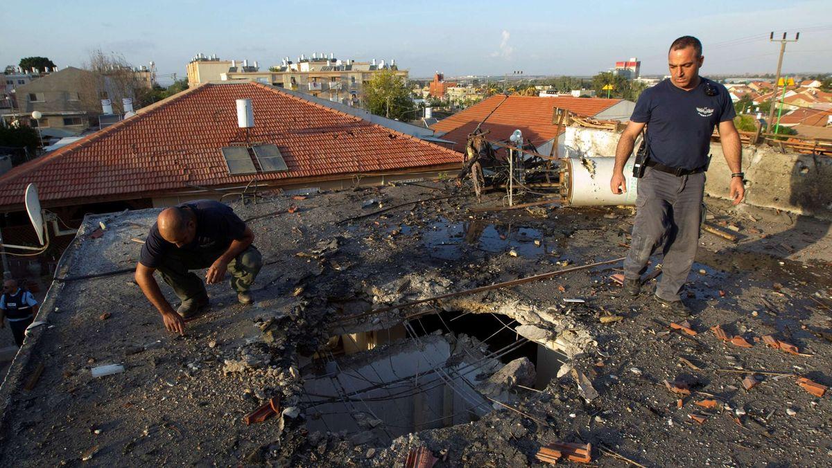 Ein israelisches Wohnhaus nach dem Einschlag einer Rakete aus Gaza.