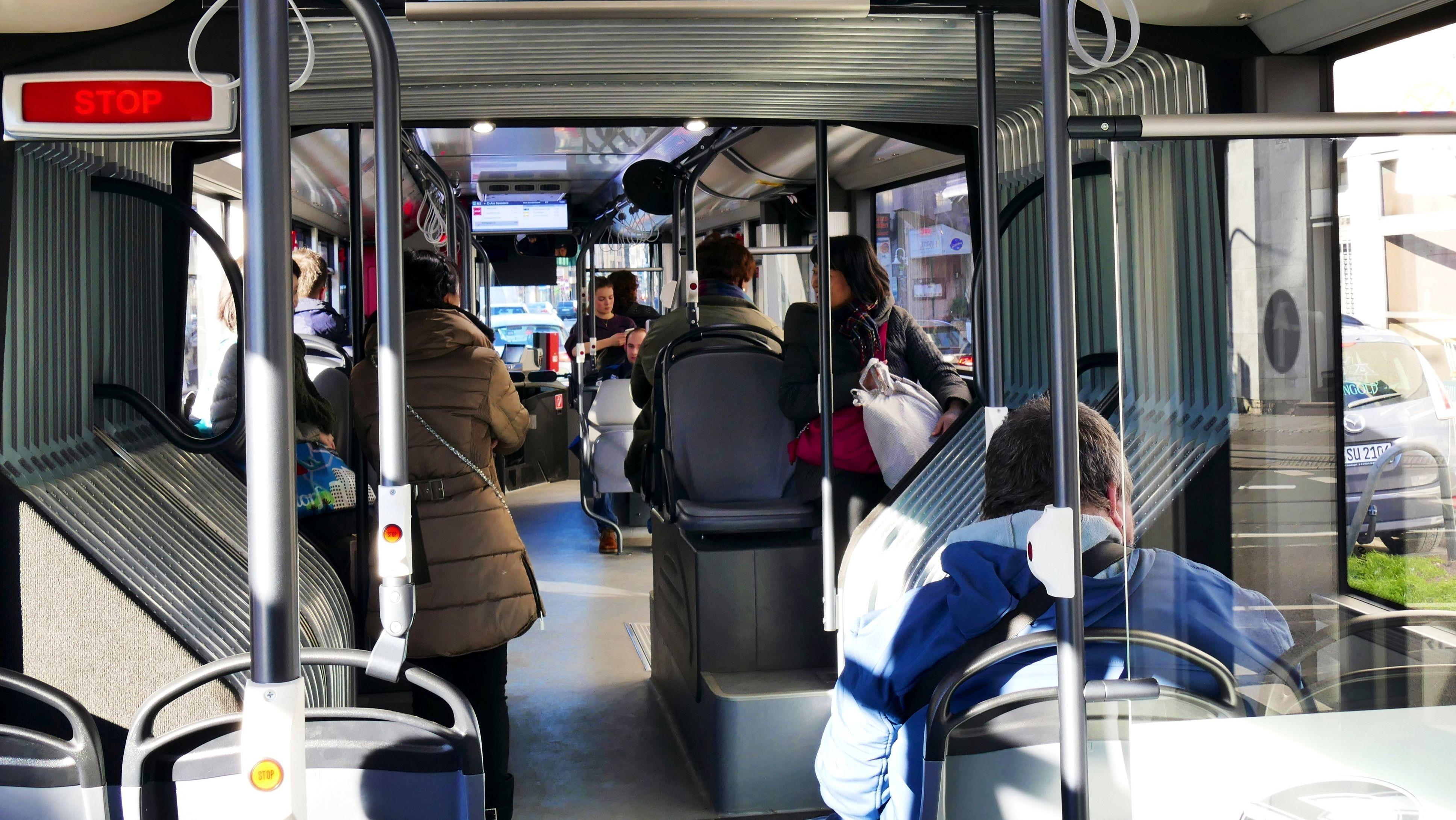 Menschen im Bus (Symbolbild)