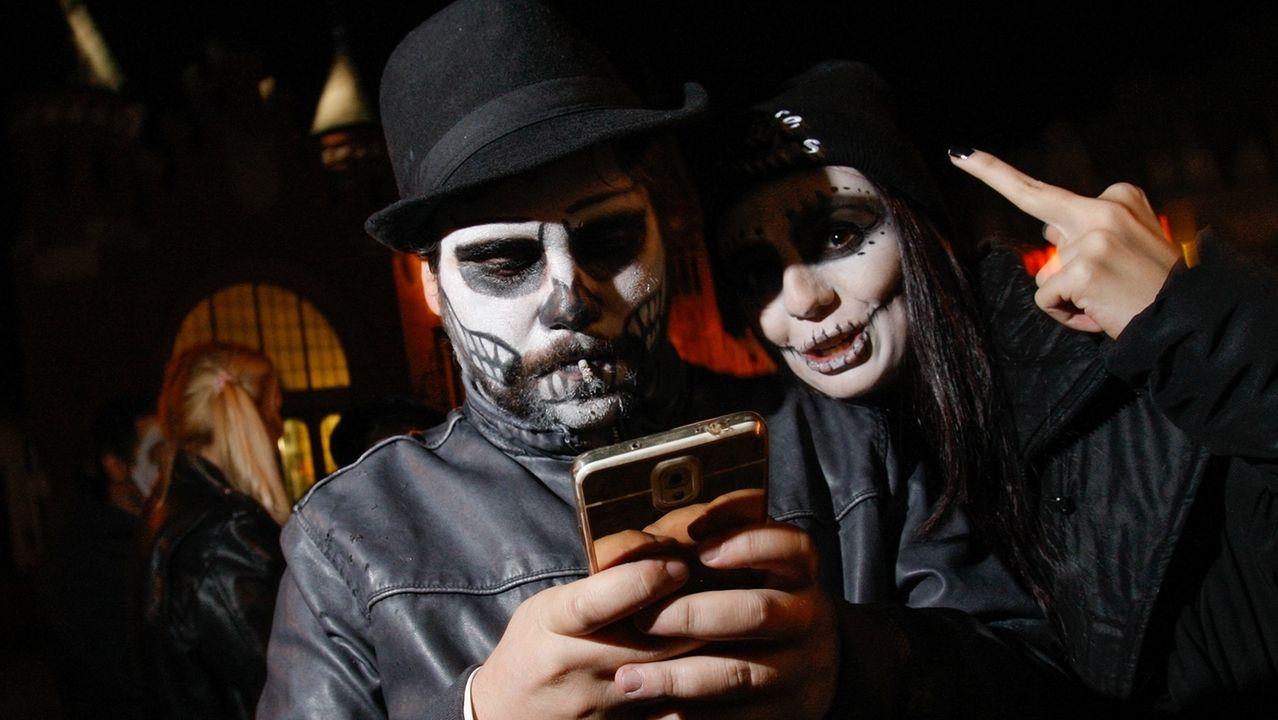 Zwei verkleidete Menschen feiern Halloween