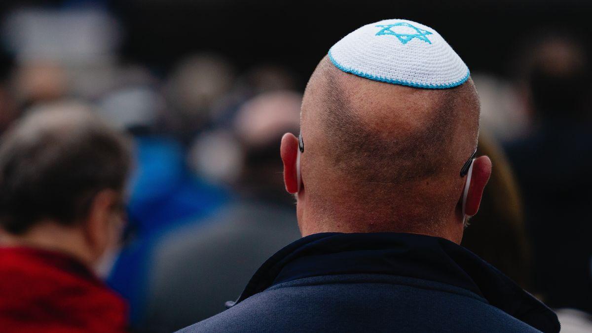 Mann mit jüdischer Kippa von hinten