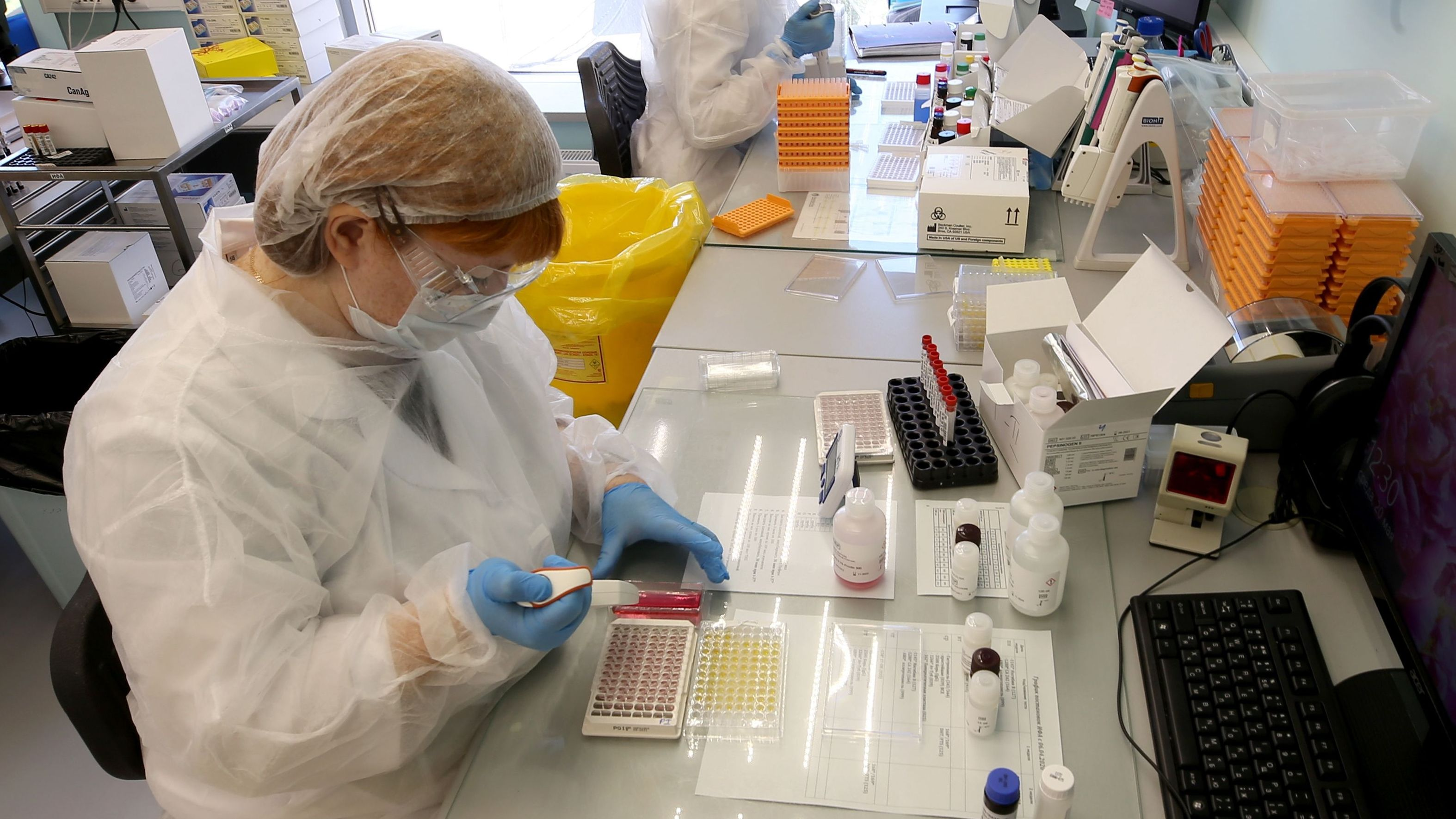 Laboranten arbeiten an Covid-19-Tests