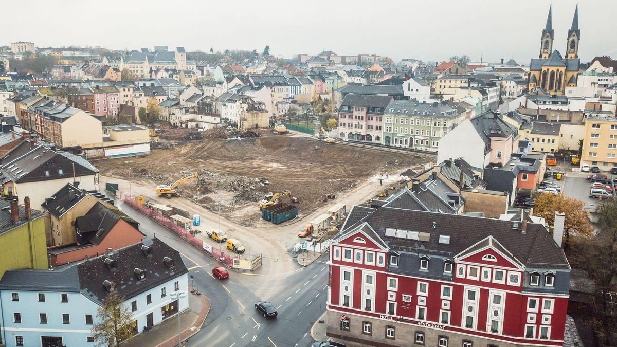 Mitten in Hof, umgeben von Häusern, klafft eine Baulücke auf der zwei Bagger die Reste von abgebrochenen Gebäuden wegschaffen.