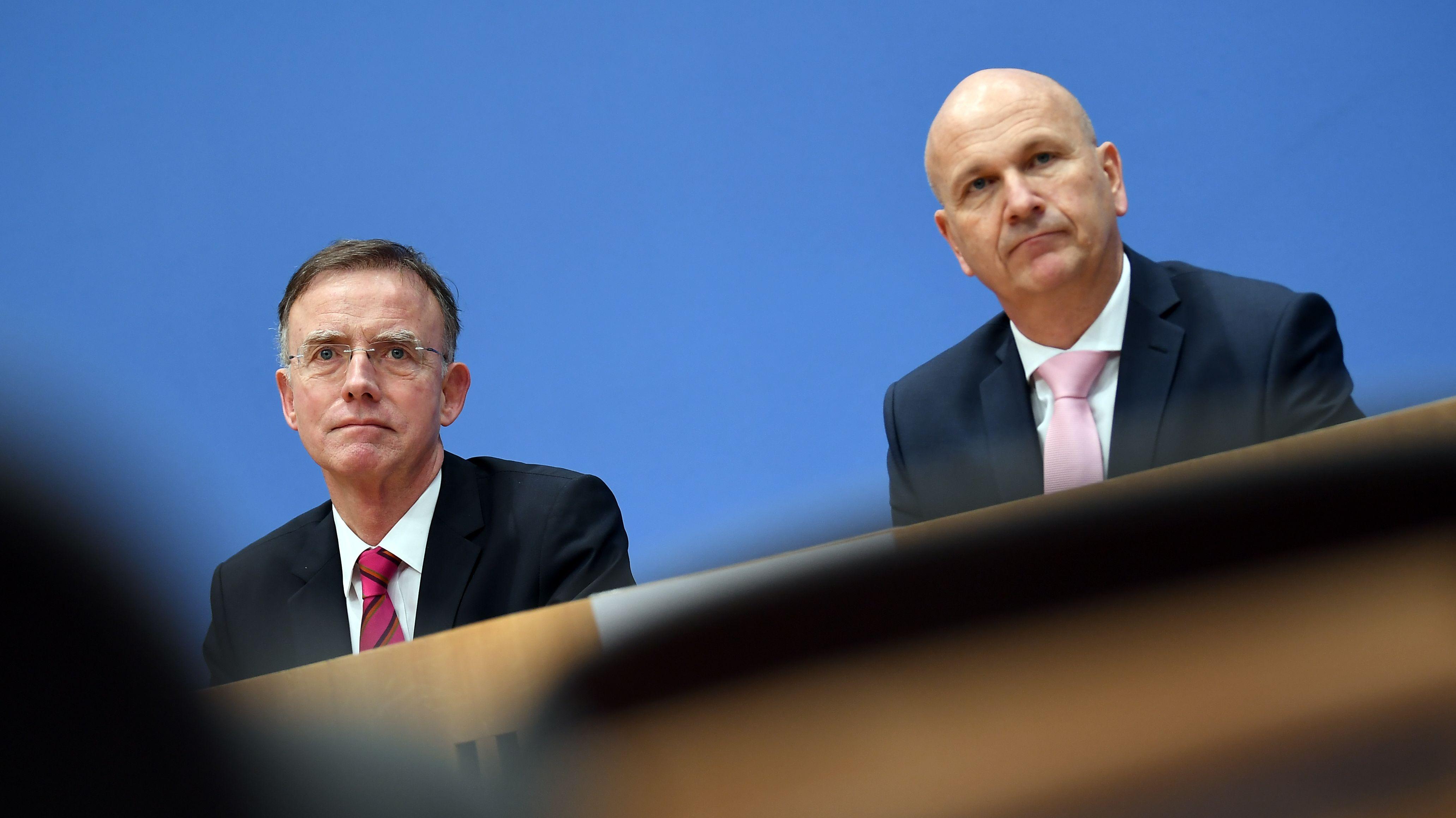 Gerd Landsberg (l), Hauptgeschäftsführer des Deutschen Städte- und Gemeindebundes,und Uwe Brandl, DStGB-Präsident bei einer Pressekonferenz.