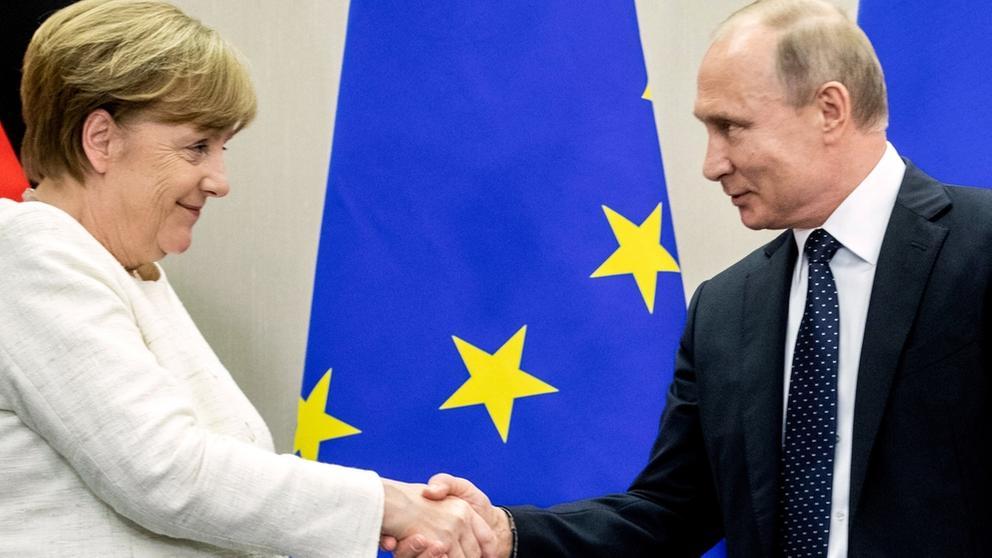 Bundeskanzlerin Merkel und Russlands Präsident Putin beim Händeschütteln | Bild:dpa-Bildfunk/Kay Nietfeld