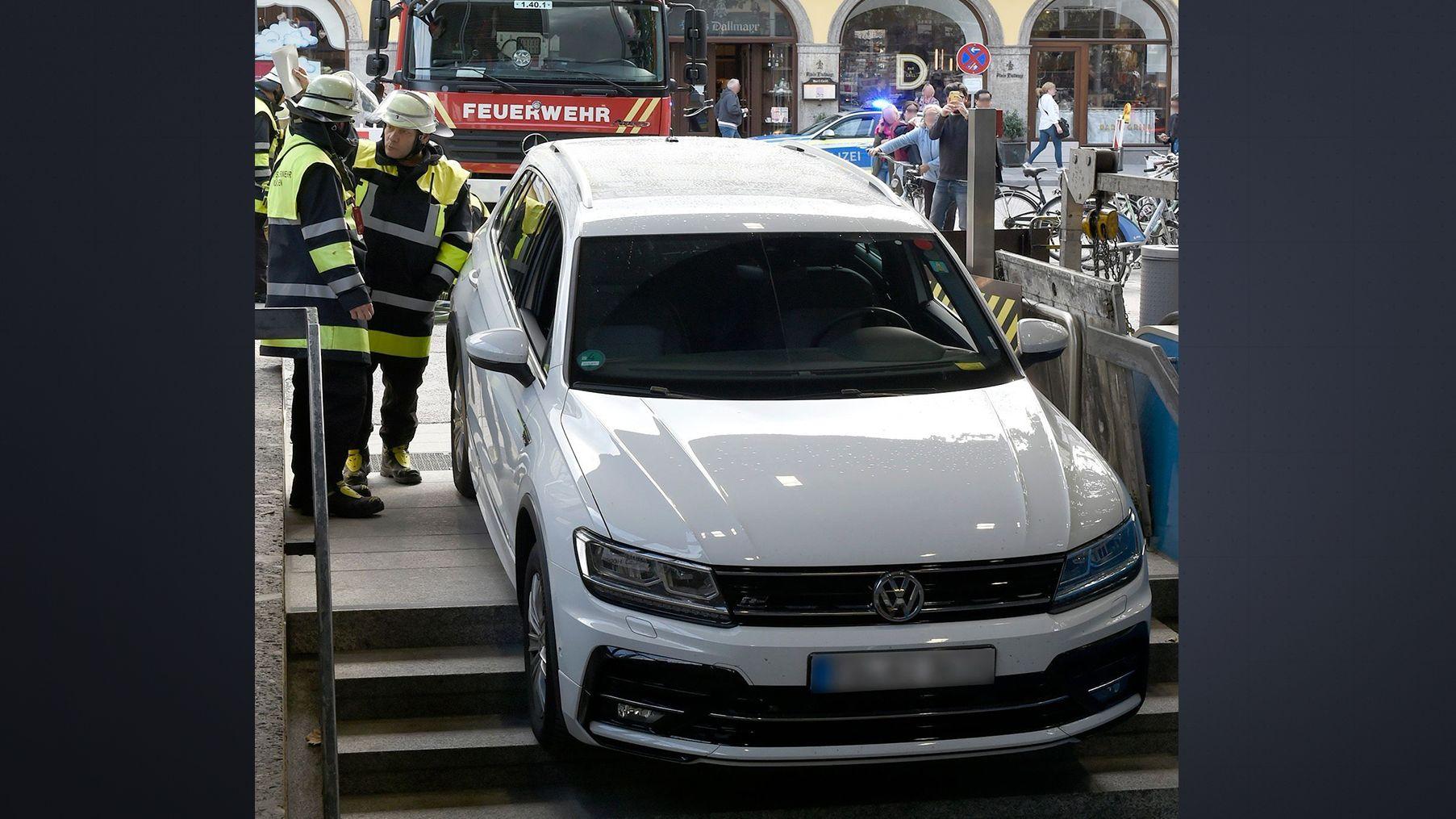 Ein Auto blieb gestern auf der Treppe zur U-Bahnstation Marienhof hängen