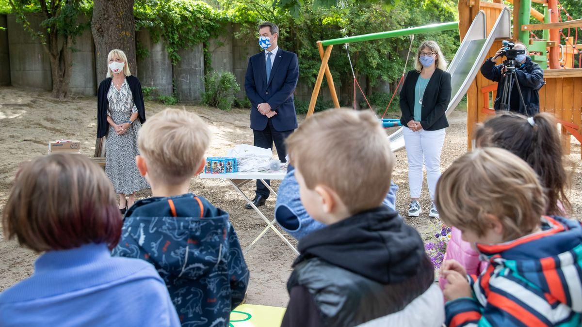 Archivbild: Ministerpräsident Markus Söder und Familienministerin Carolina Trautner in einem Nürnberger Kindergarten
