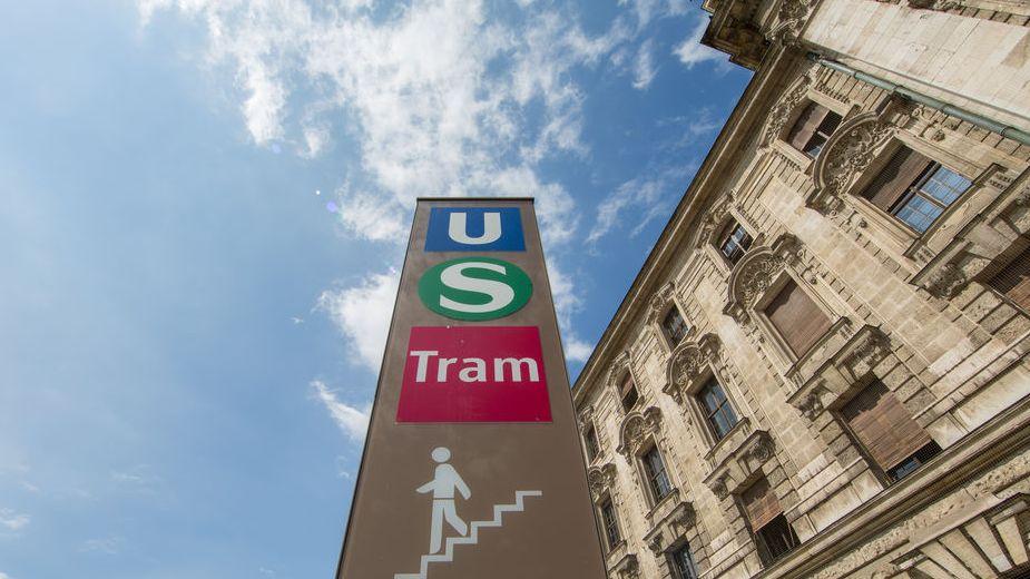 Unterführung mit Zugang zu U-Bahn, Bus und Straßenbahn in München.