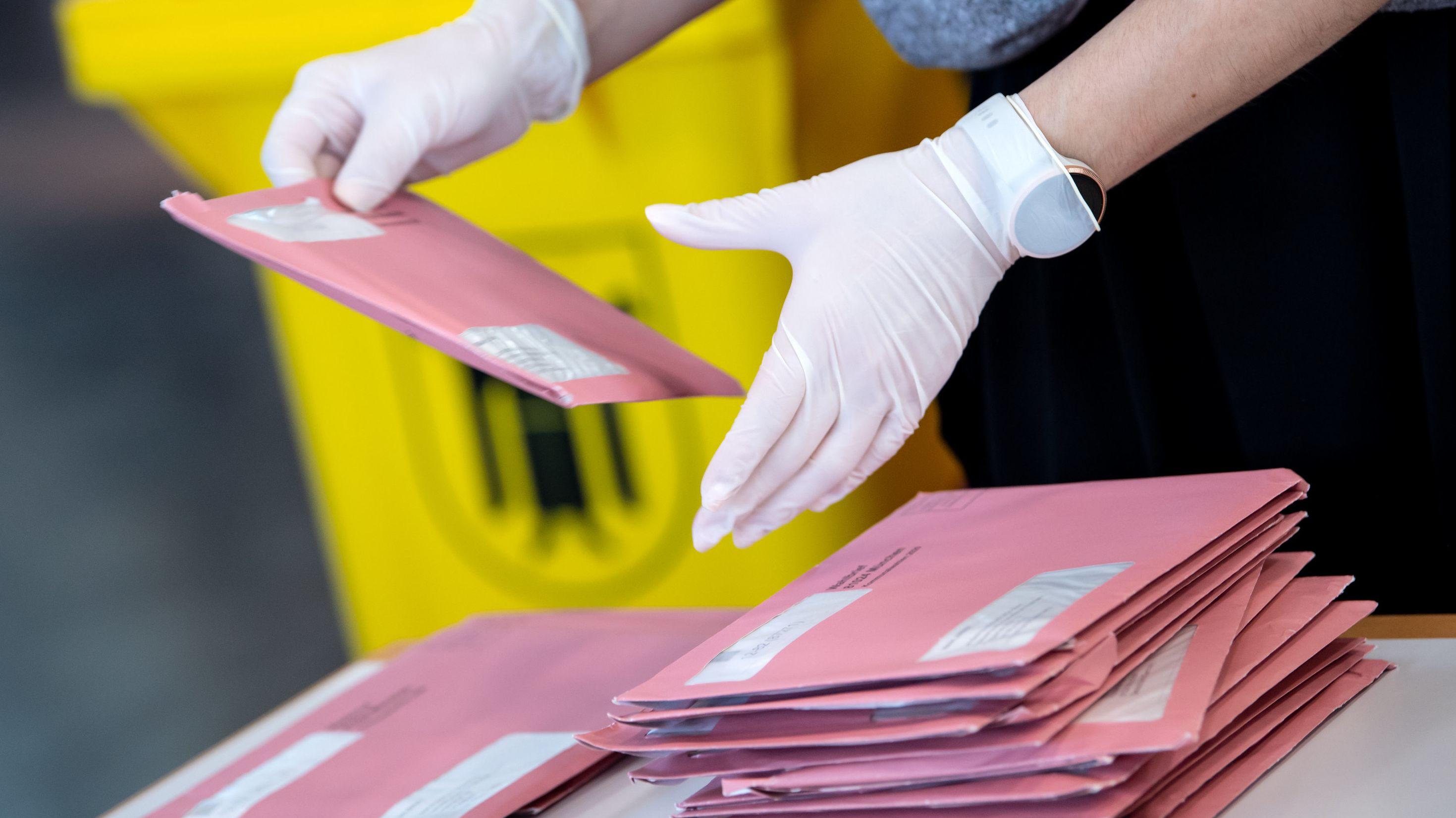 Wahlhelfer bereiten die Auszählung der Briefwahl vor