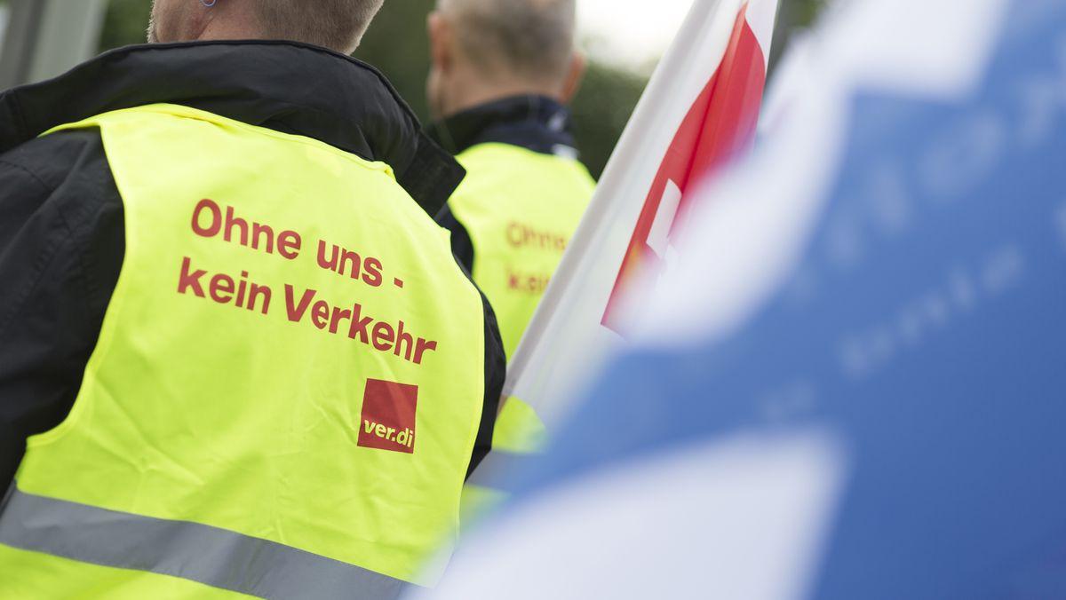 Die Gewerkschaft Verdi ruft kommende Woche in 13 Städten in Bayern das Fahrpersonal zum Warnstreik auf. (Archivbild)