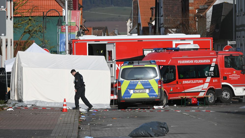 Volkmarsen: Ein Polizeibeamter geht am Dienstag über den Tatort. | Bild:picture alliance/Uwe Zucchi/dpa