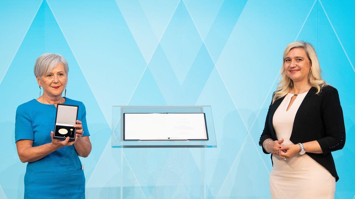Heidi Wolf mit der Bayerischen Europamedaille und Bayerns Europaministerin Melanie Huml