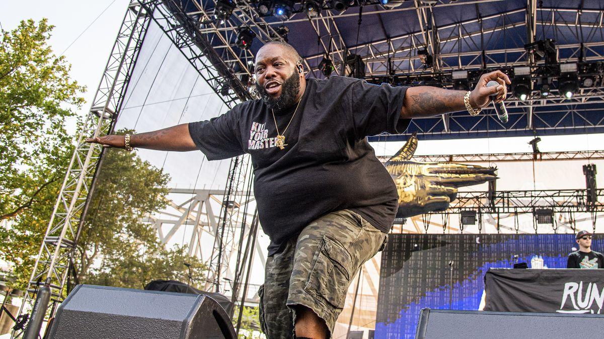 Der Rapper Killer Mike verbeugt sich auf einer Bühne