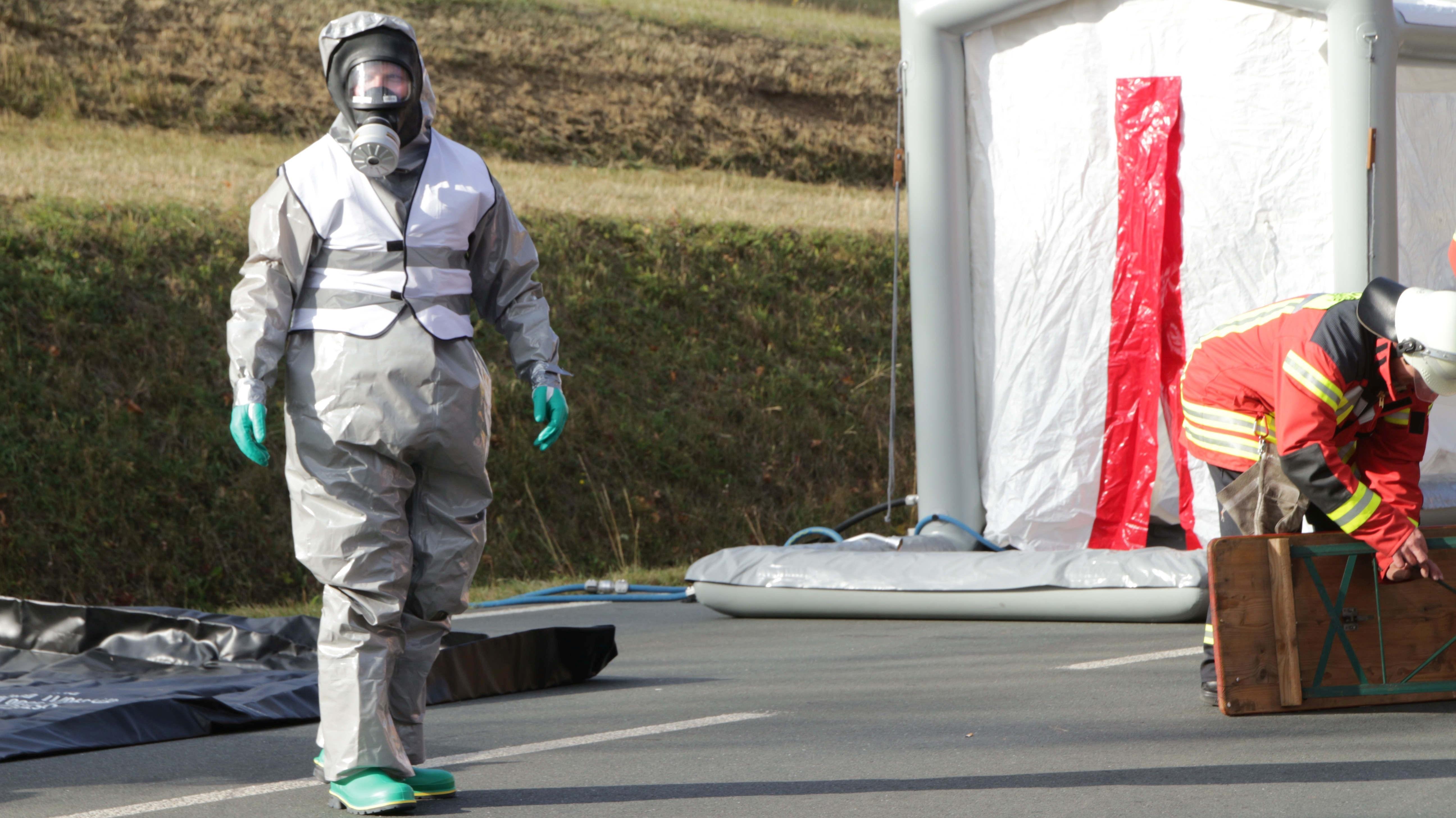 Pegnitz (Lkr. Bayreuth): Einsatzkräfte in Sicherheitsausrüstung wegen des Ammoniakaustritts beim Eisstadion am Schwimmbad.