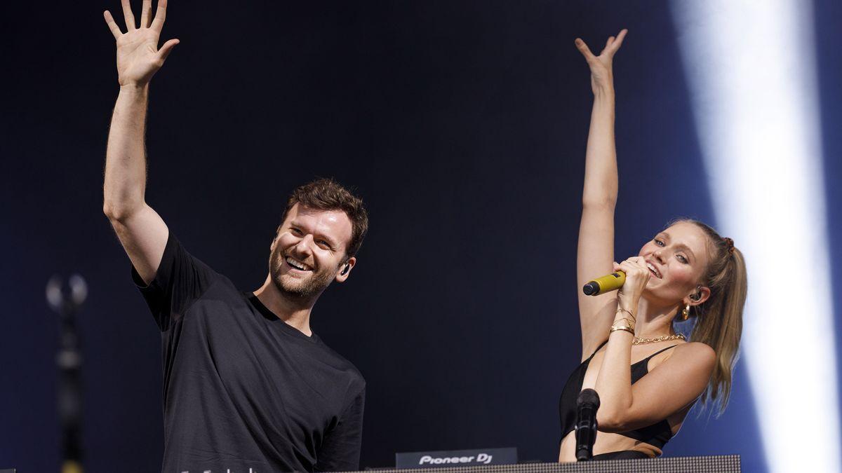 Daniel Grunenberg und Carolin Niemczyk von Glasperlenspiel bei einem Konzert im Kulturgarten in der Bonner Rheinaue im August 2020.