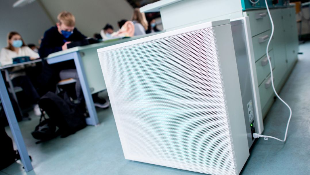 Ein Luftfiltergerät steht in einem Fachraum eines Gymnasiums.