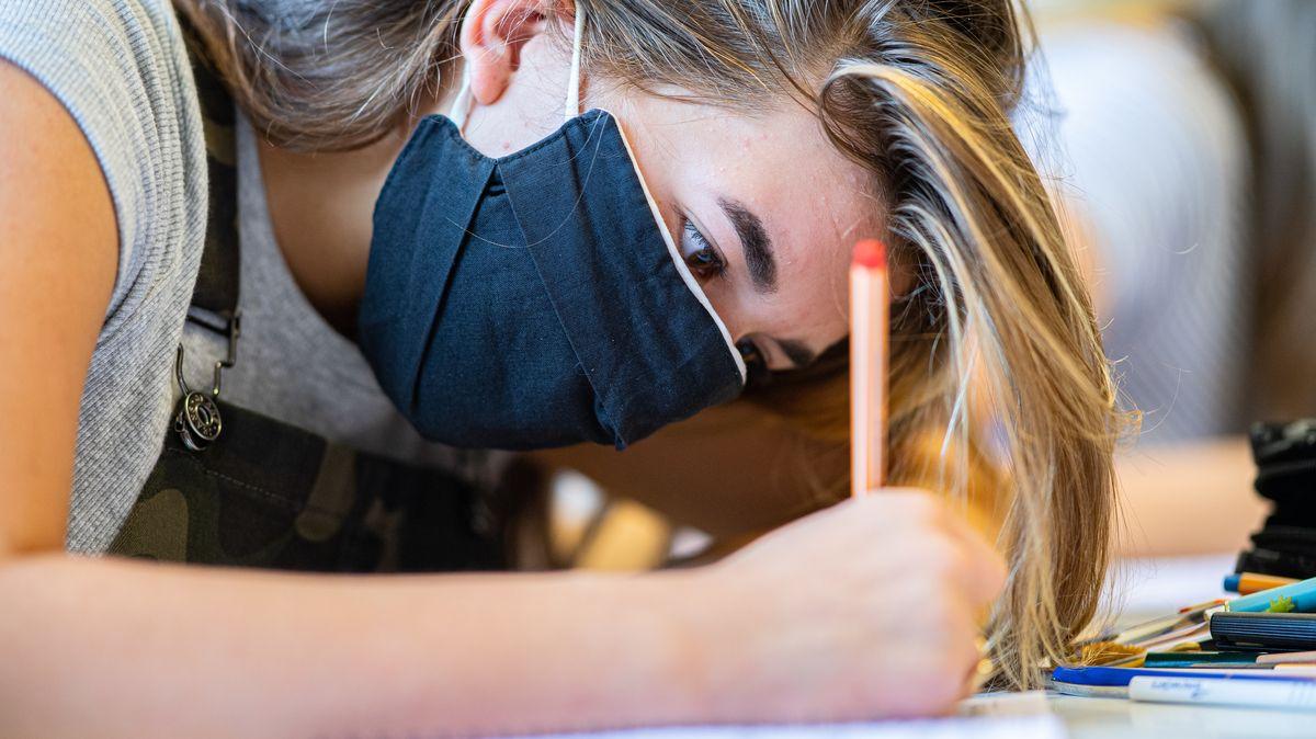 Schülerin mit Maske (Symbolbild)