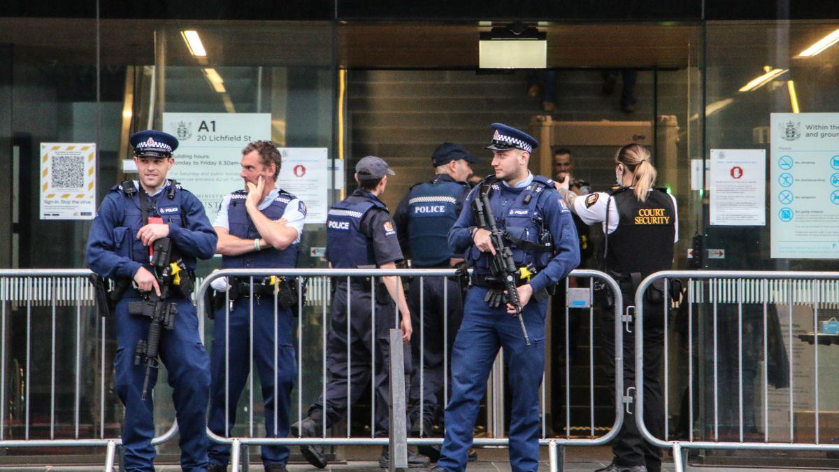 Bewaffnete Polizisten stehen vor dem Gerichtseingang, wo die Anhörung im Christchurch-Prozess stattfindet.