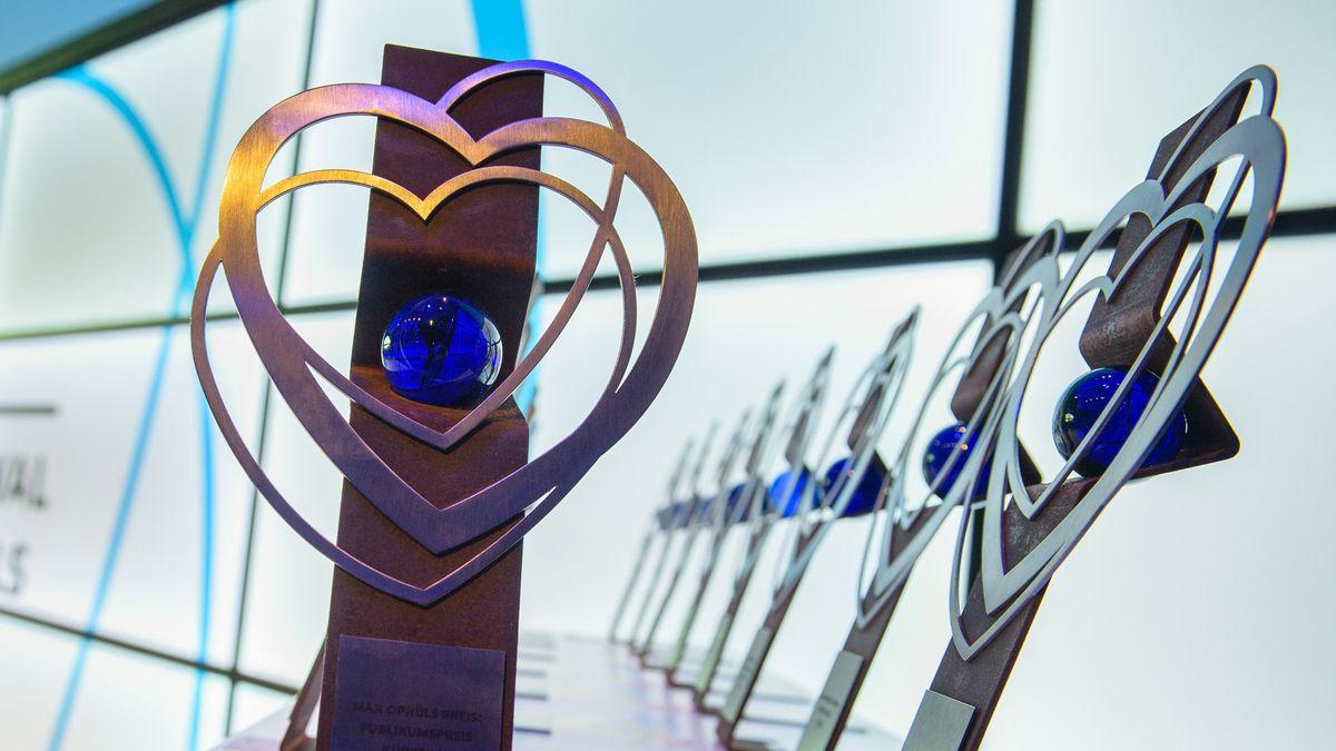 Trophäen zum Max Ophüls Preis in Form mehrerer Metallherzen an einer metallenen Stele mit Knick in der Mitte stehen bereit