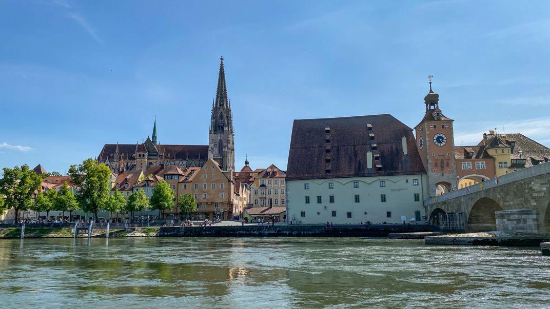Blick über die Donau auf den Dom St. Peter in Regensburg