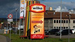 Firmenschild mit der Aufschrift Wilke | Bild:dpa-Bildfunk/Uwe Zucchi
