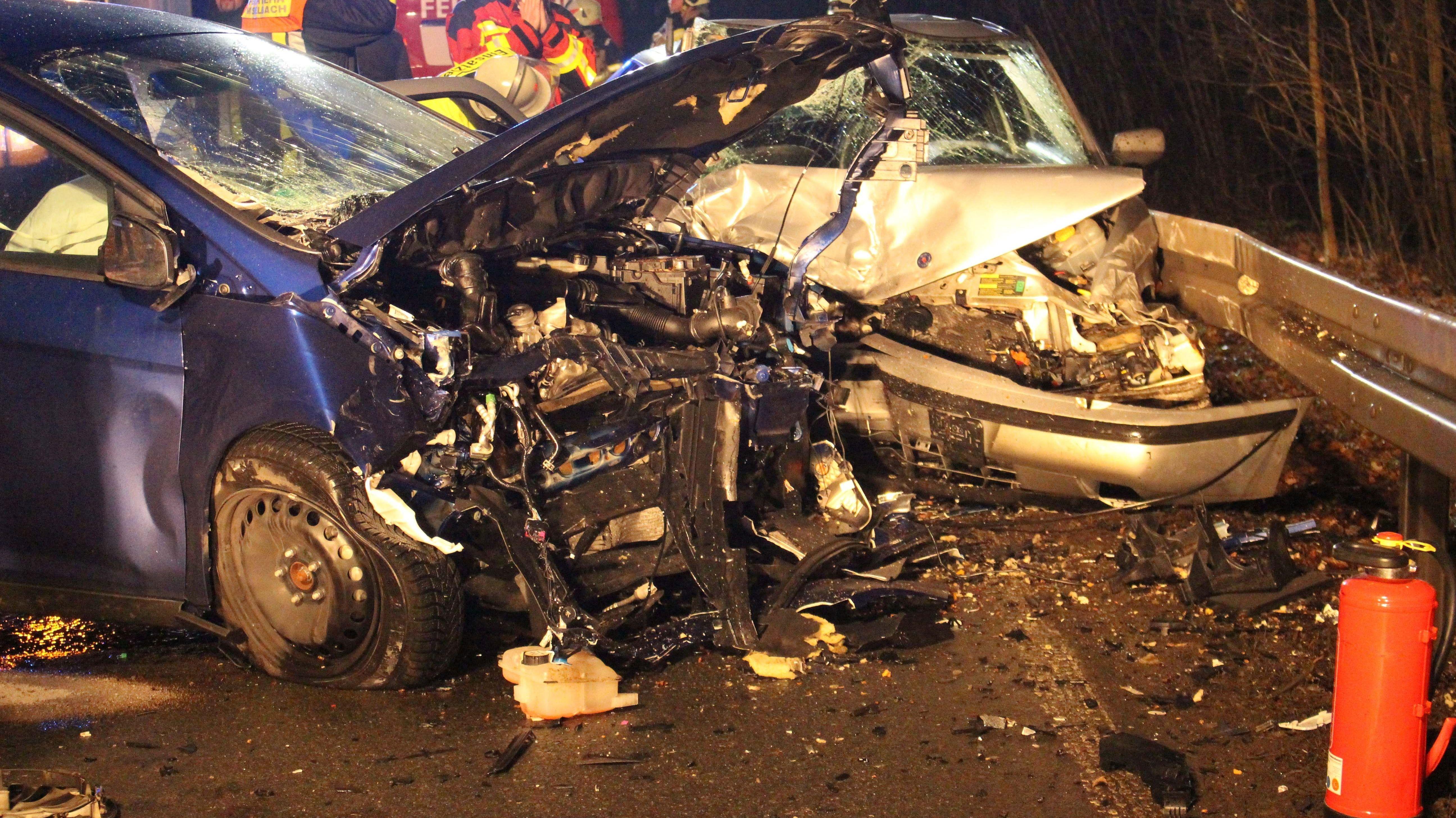Zwei völlig demolierte Autos nach einem Frontalzusammenstoß.