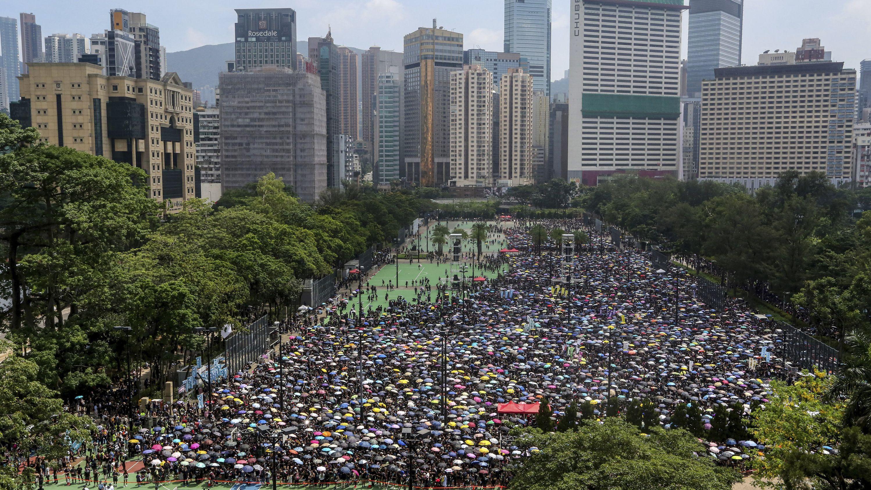 Hongkong, Hong Kong: Demonstranten versammeln sich am Victoria Peak, um gegen das umstrittene Auslieferungsgesetz zu protestieren.