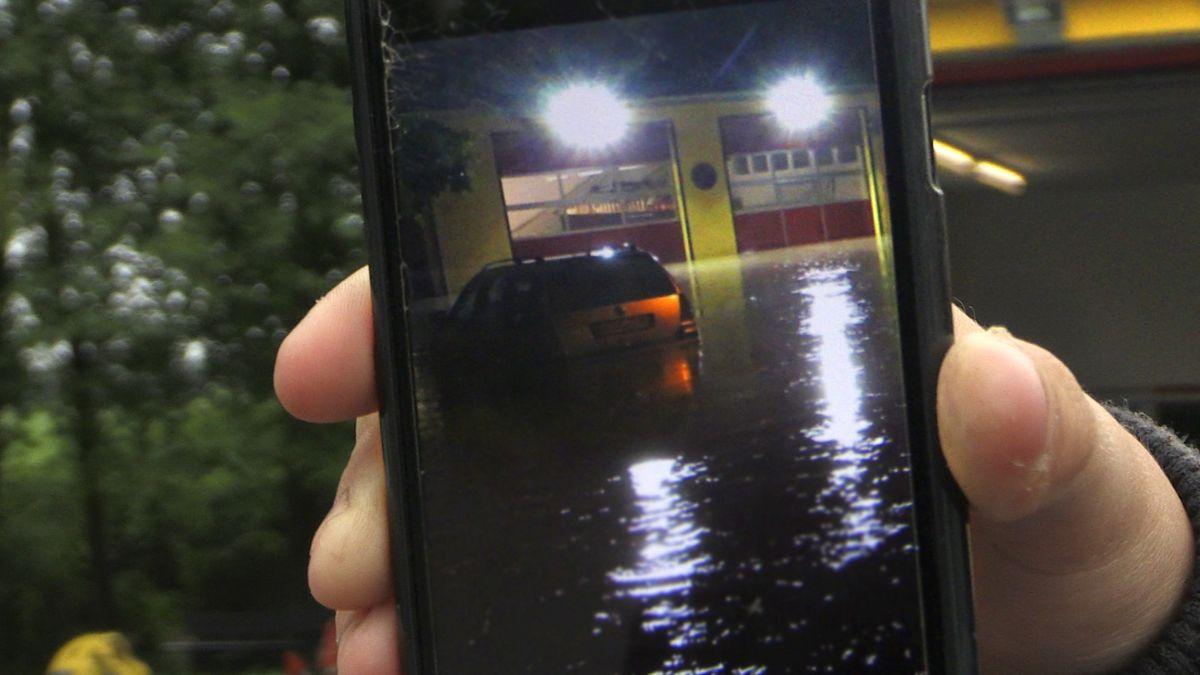 Ein Helfer zeigt die Wassermassen nach dem Dammbruch in Oberbibrach