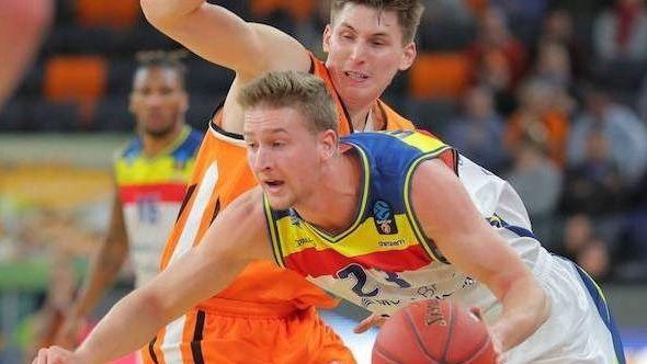Der Basketball-Spieler David Walker sprintet mit dem Ball in der linken Hand nach vorne, dahinter ein gegnerischer Spieler.