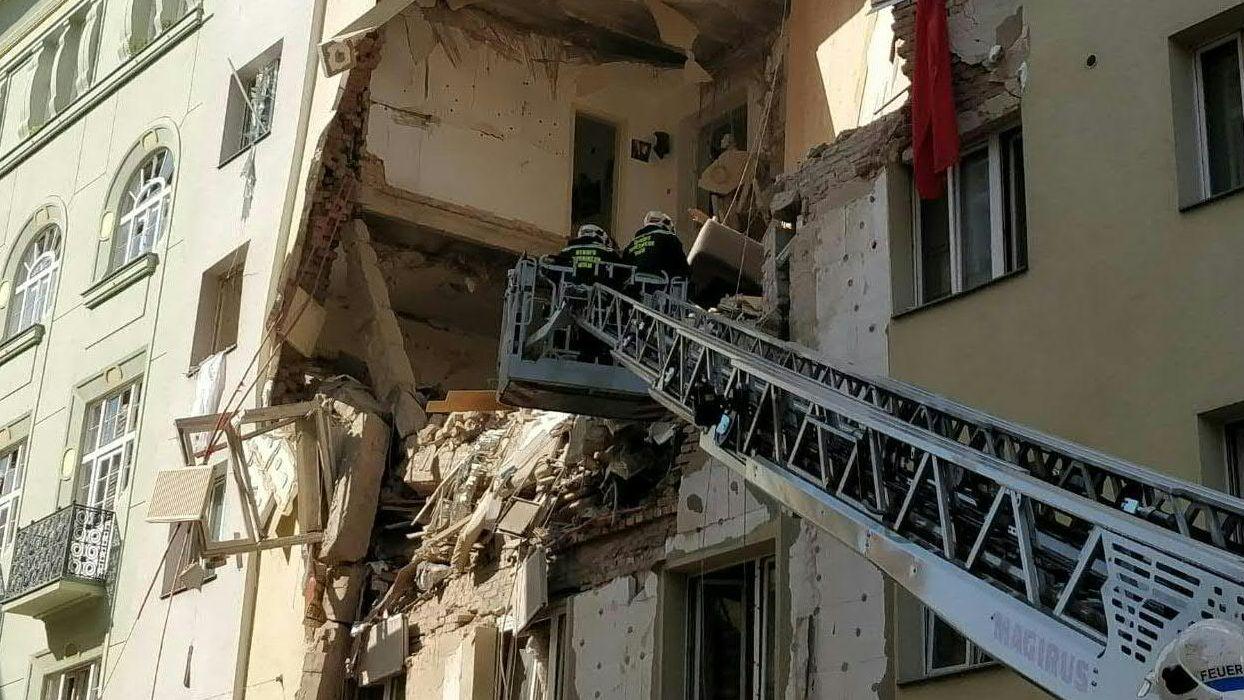 Feuerwehrleiter an einem zerstörten Haus in Wien