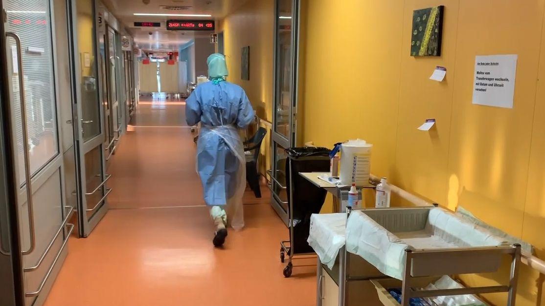 Ein Krankenhausmitarbeiter läuft durch einen Gang im Klinikum Nürnberg