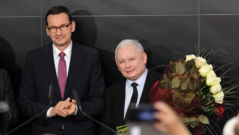 Der polnische Ministerpräsident Mateusz Morawiecki (L) und der Ex-Regierungschef und PiS-Chef Jaroslaw Kaczynski (R) am Wahlabend
