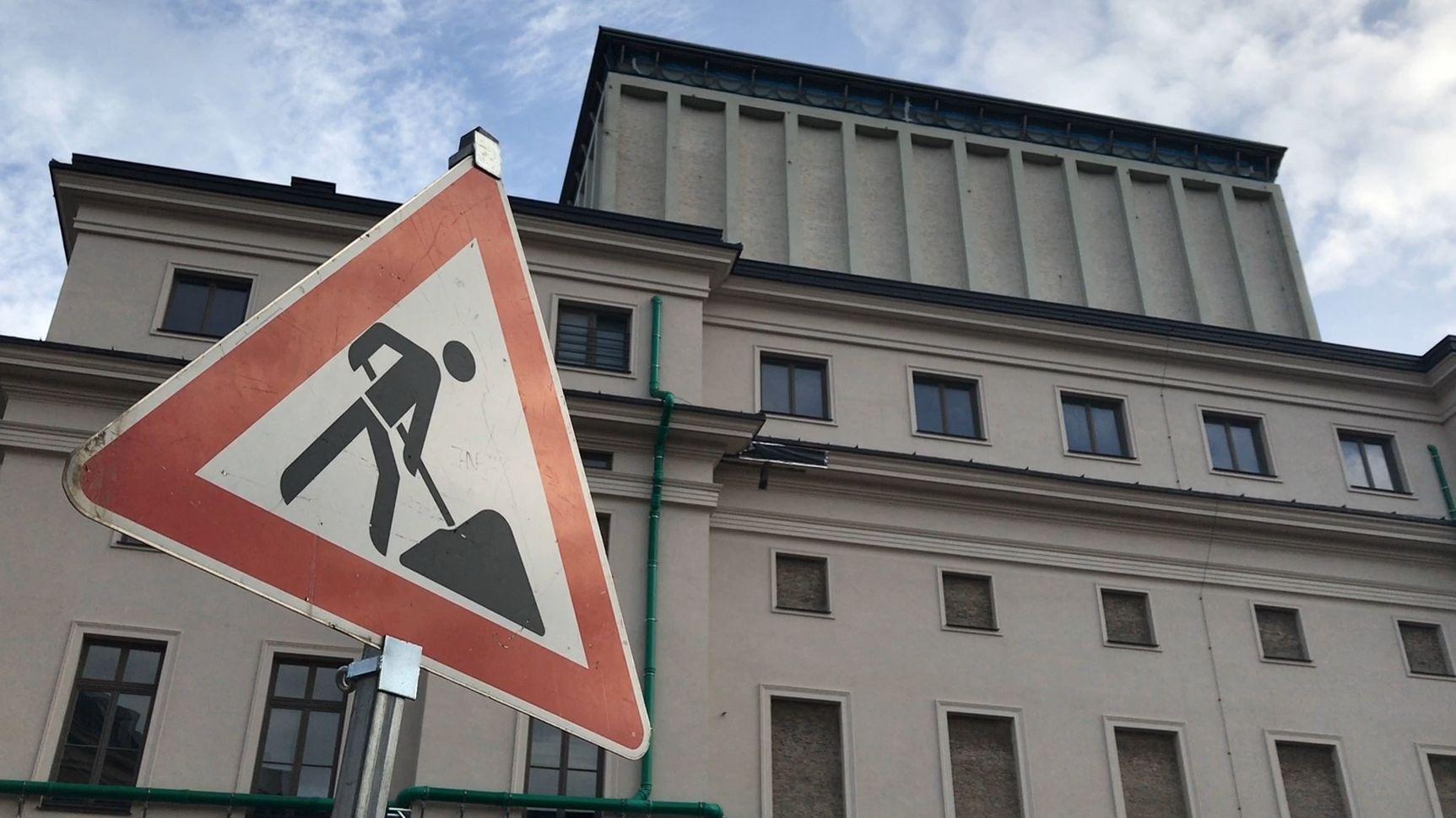 Augsburger Staatstheater mit Baustillenschild